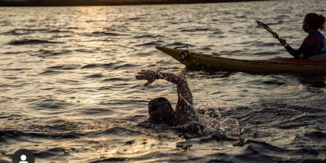 Alberto Lorente busca récord mundial nadando a ciegas en el Mar Menor